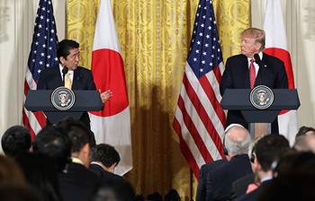 Trump-press-conference-with-Abe.-No-Trump-handshake-here.jpg